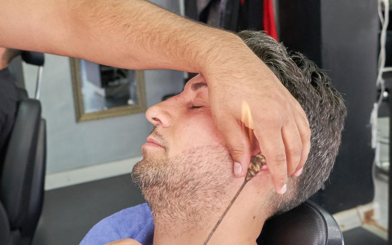 Mann der Seine Ohr Haare entfernen lässt